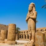 Статуя фараона Рамсеса II. У его ног супруга - Нефертари